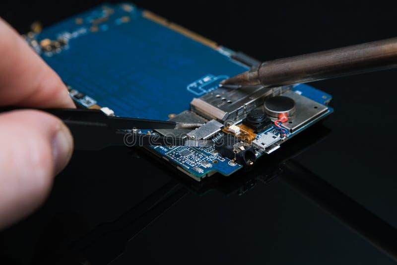 Microelectrónica del smartphone del microchip que suelda fotografía de archivo libre de regalías