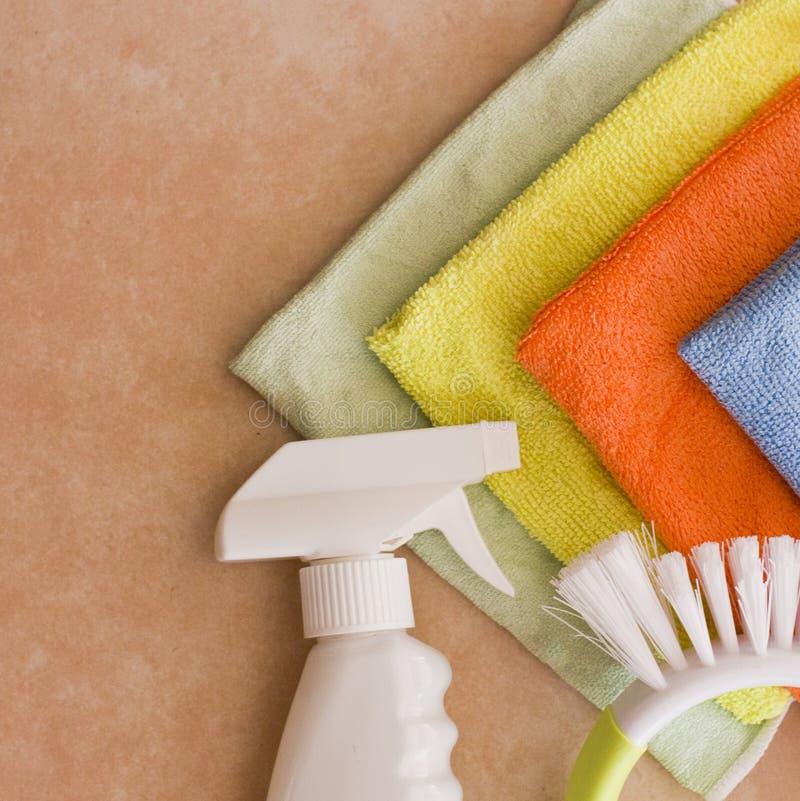 Microfiber nupkins, rengöringsmedel och borste arkivfoton