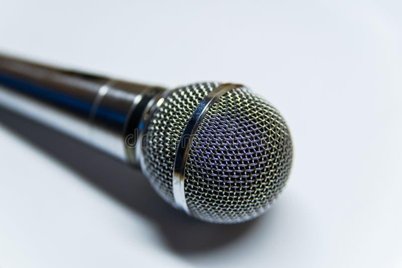 Microfone audio de prata no fundo branco foto de stock