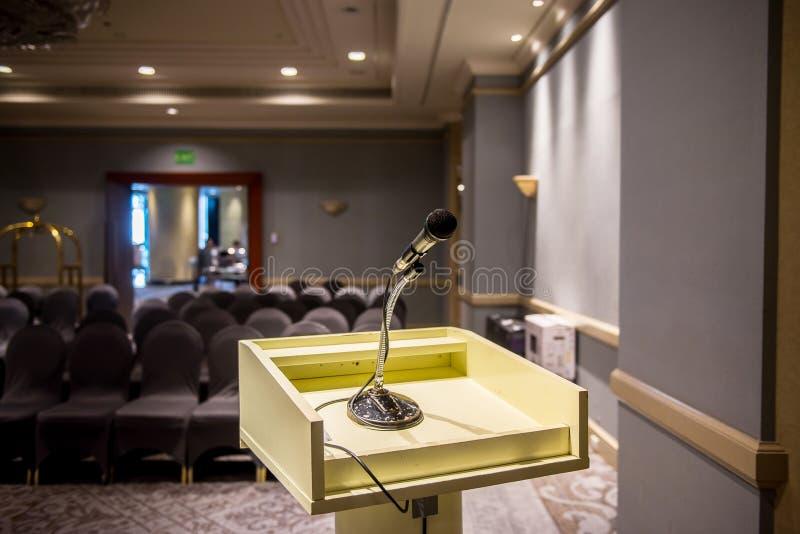 Microfone borrado sobre na sala ou na sala de conferências de seminário foto de stock royalty free