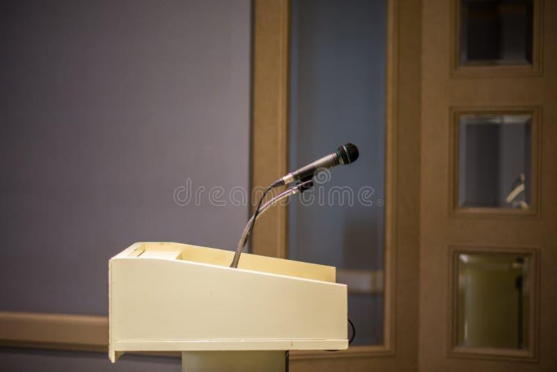 Microfone borrado sobre na sala ou na sala de conferências de seminário foto de stock