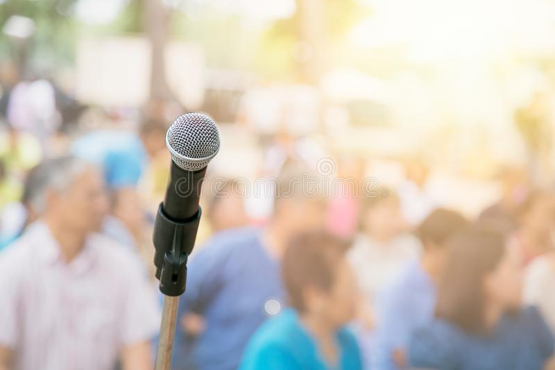 Microfone com borrão muitos povos do participante no seminário exterior da conferência imagens de stock