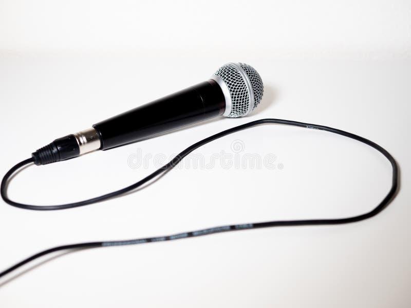 Microfone com cabo no fundo branco fotos de stock