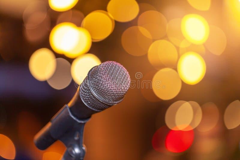 Microfone contra luzes festivas, espa?o para o texto Equipamento musical imagens de stock