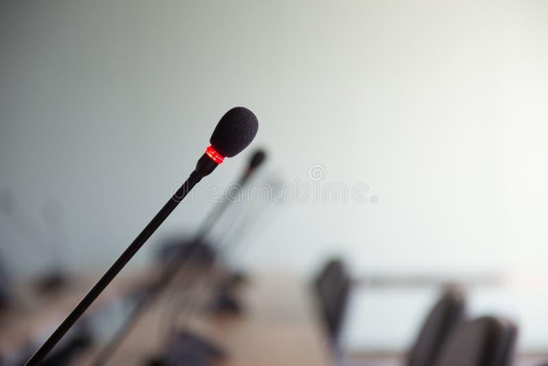 Microfone da conferência na sala de reunião imagem de stock