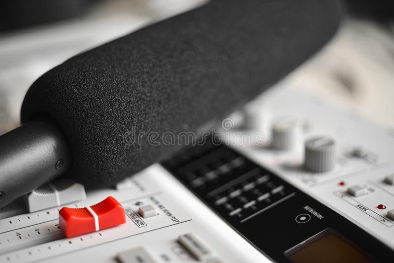 Microfone de condensador de alta fidelidade com o protetor de vento da espuma sobre o misturador sadio fotos de stock royalty free