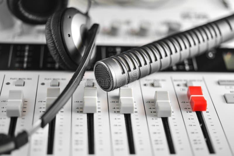 Microfone de condensador de alta fidelidade, fones de ouvido e registrador sadio fotografia de stock