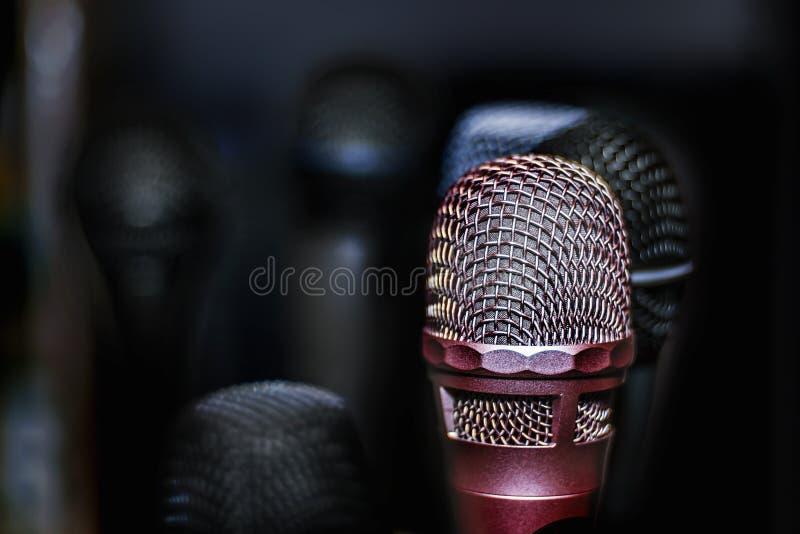 Microfone de prata em um fundo obscuro escuro imagem de stock royalty free