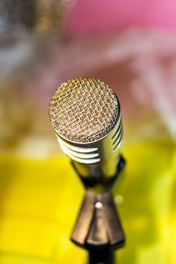 Microfone de prata no close up da cremalheira fotografia de stock