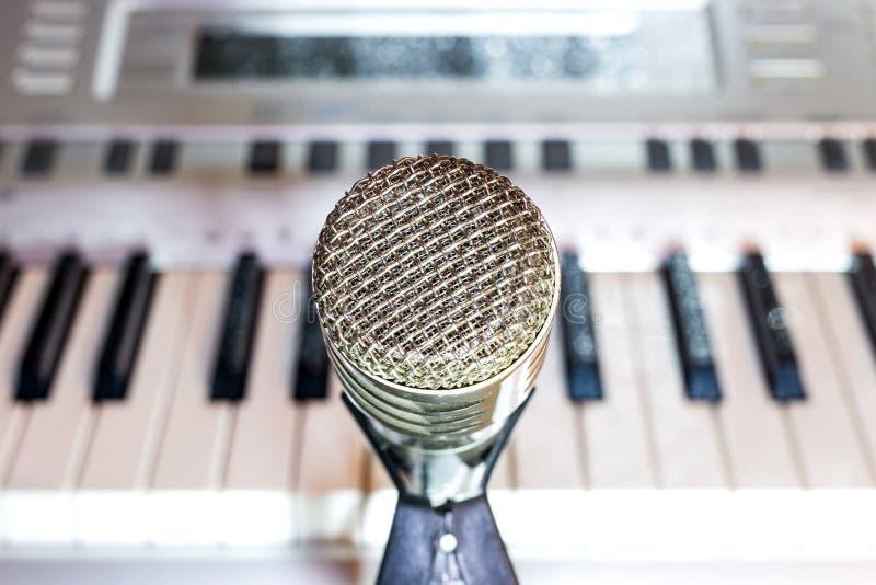 Microfone de prata no close up da cremalheira fotos de stock royalty free