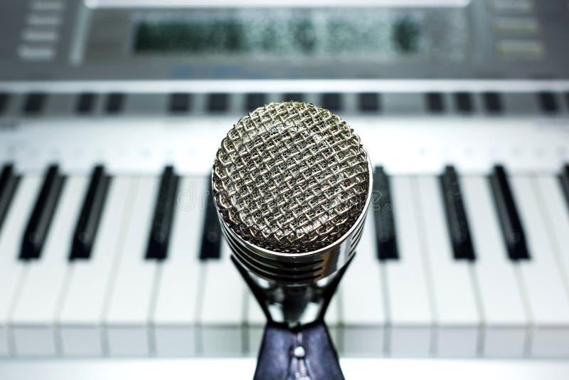 Microfone de prata no close up da cremalheira imagem de stock