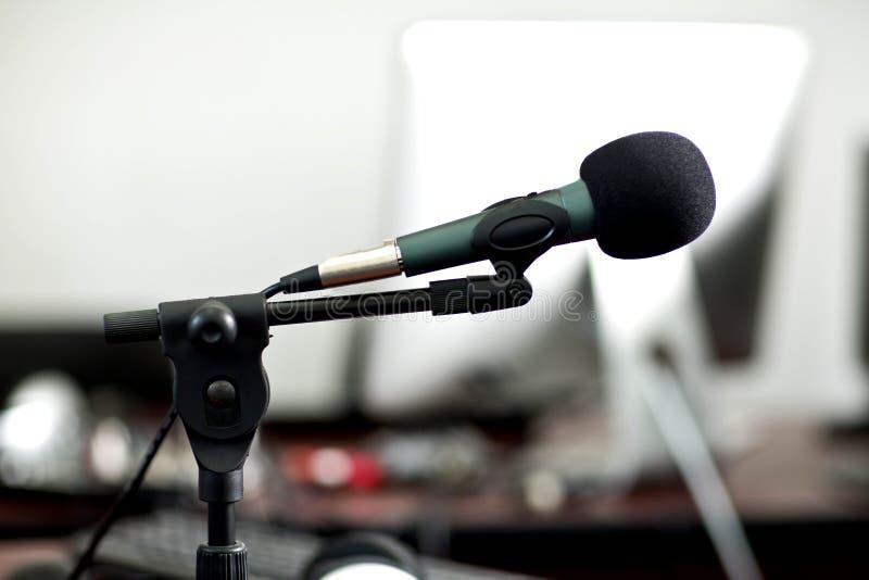 Microfone de rádio do estúdio imagem de stock