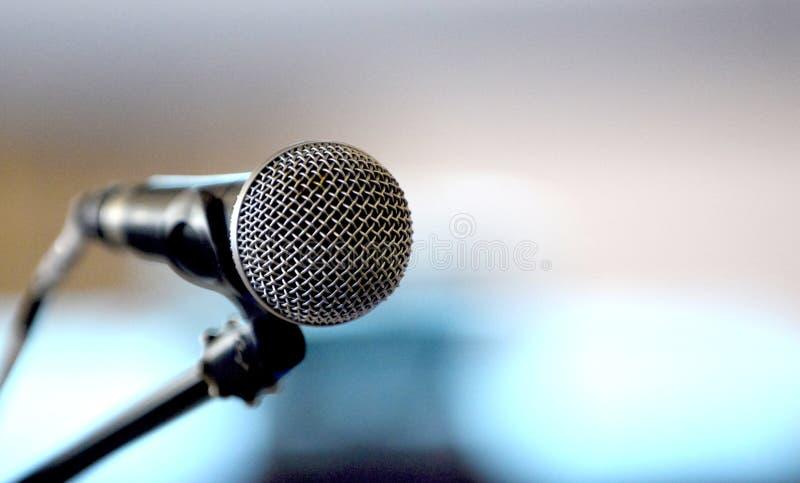 microfone dinâmico clássico em um fundo do borrão imagem de stock royalty free
