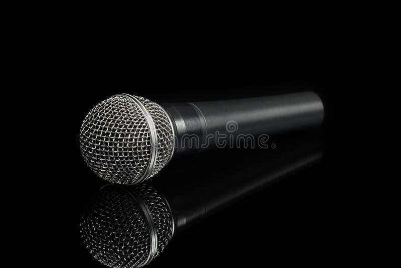 Microfone dinâmico no fundo preto fotos de stock