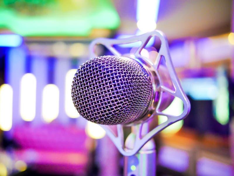 Microfone din?mico do karaoke no fundo colorido no fim do clube acima fotos de stock