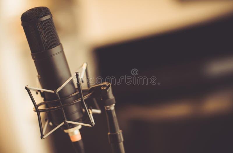 Microfone do tubo no estúdio imagem de stock