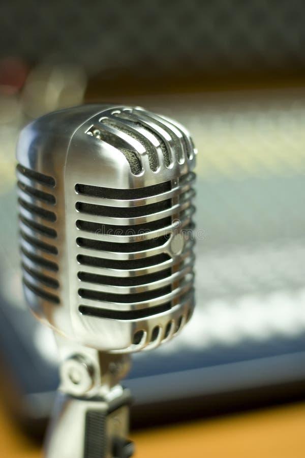 Microfone do vintage no estúdio da música fotografia de stock royalty free