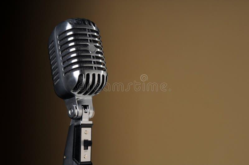 Microfone do vintage sobre o fundo do inclinação fotografia de stock