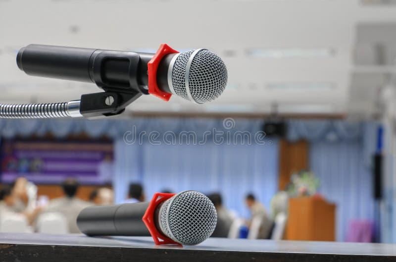 Microfone dois no fim do suporte acima na sala de conferências fotografia de stock royalty free