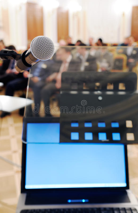 Microfone e caderno na conferência. imagem de stock royalty free