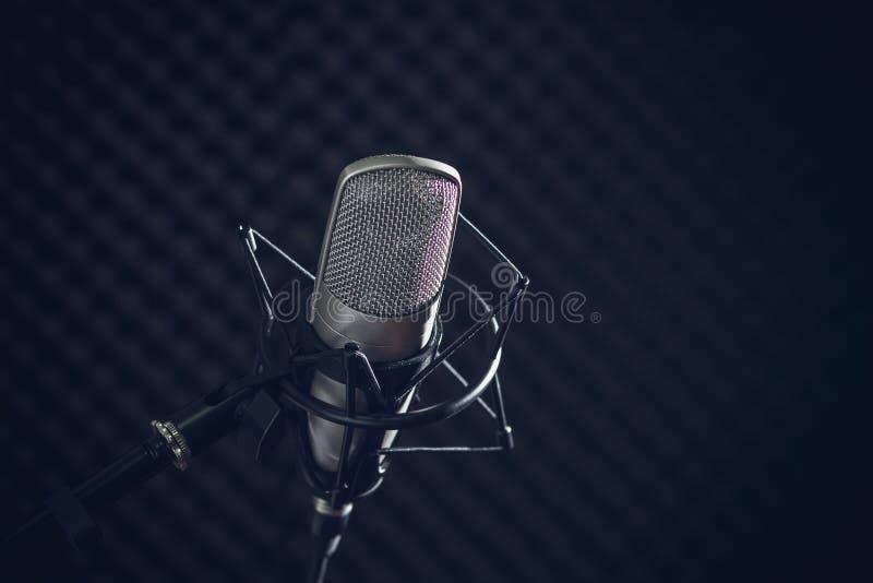 Microfone e console audio no fundo escuro fotografia de stock royalty free