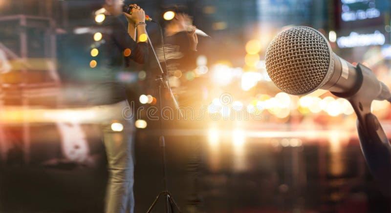 Microfone e músico abstratos na fase para o fundo fotos de stock