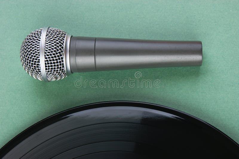 Microfone e registro de vinil velho foto de stock