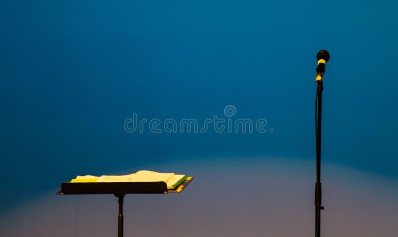 Microfone e suporte de música fotografia de stock
