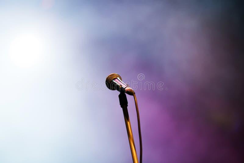 Microfone em luzes da fase imagens de stock