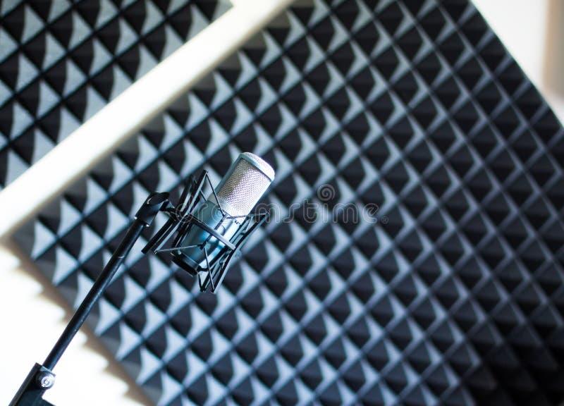 Microfone em uma gravação profissional ou estúdio de rádio, isolação sadia no fundo obscuro fotografia de stock royalty free