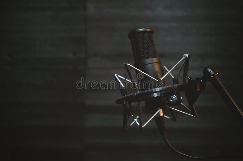 Microfone em uma sala do estúdio de gravação sonora imagem de stock