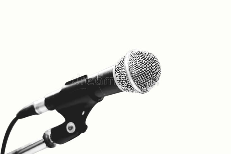 Microfone isolado no fundo branco, conceito como o instrumento de música na sala do estúdio fotos de stock