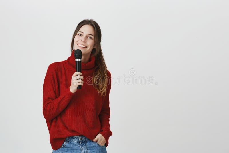 Microfone, música, músicas, conceito do tempo de lazer O retrato do cantor fêmea caucasiano talentoso bonito olha fotos de stock royalty free