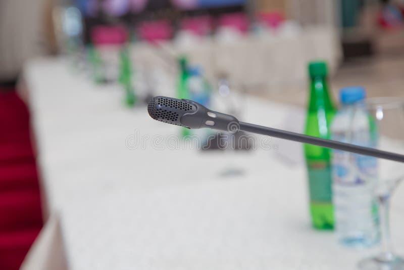 Microfone na conferência vazia - sala de reunião Intercomunicador na sala de aula Microfone da tabela na tabela de madeira na reu imagens de stock royalty free