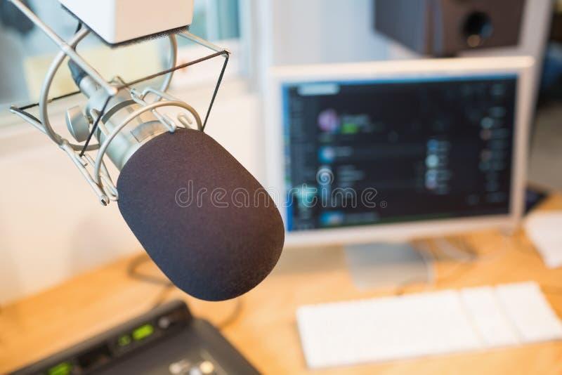 Microfone na estação de rádio foto de stock royalty free