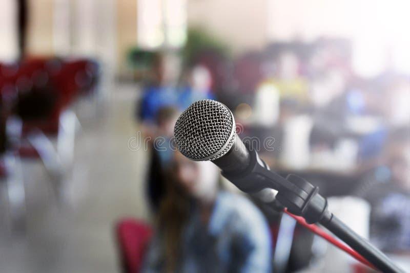 Microfone na fase contra um fundo do audit?rio imagens de stock royalty free