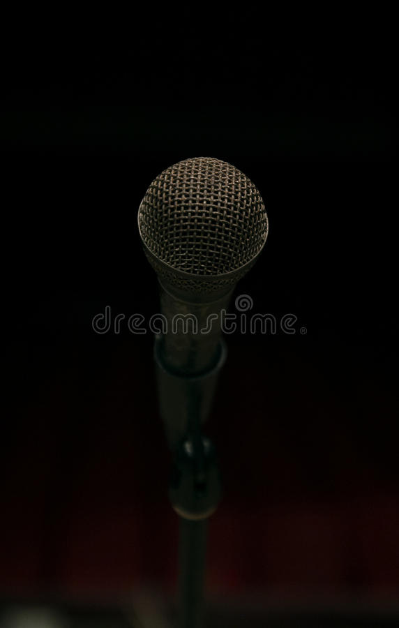 Microfone na fase e salão vazio durante o ensaio fotografia de stock royalty free