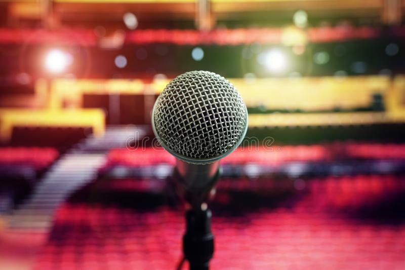 Microfone na fase no teatro da sala de concertos fotos de stock royalty free