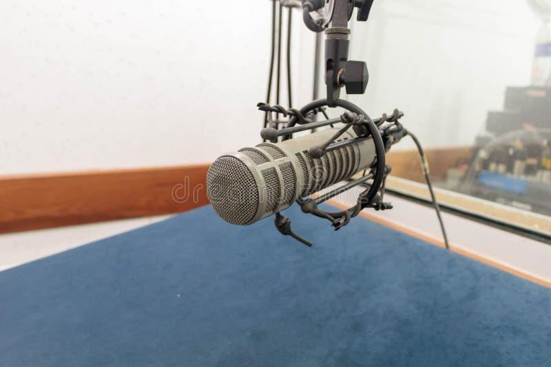 Microfone na sala da gravação foto de stock royalty free