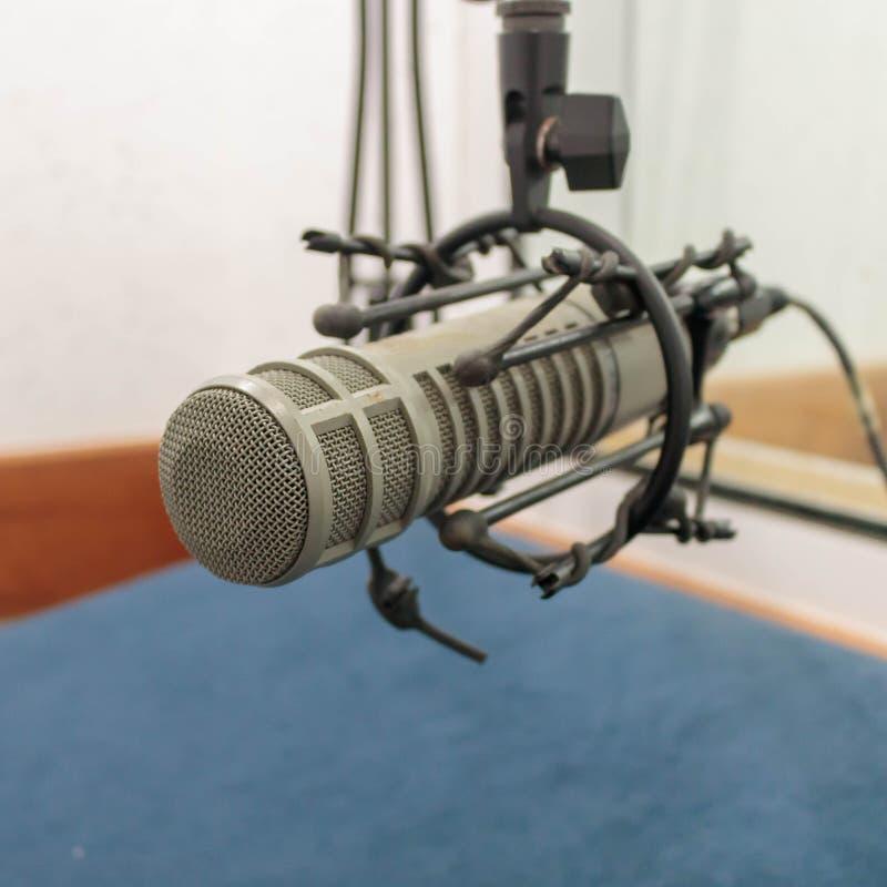 Microfone na sala da gravação (1:1 da foto) imagens de stock