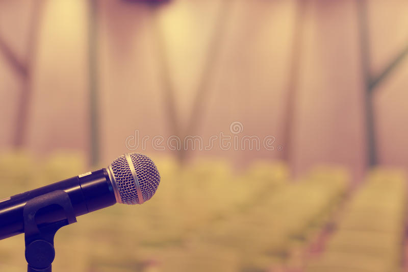 Microfone na sala de concertos ou na sala de conferências com bok defocused fotografia de stock