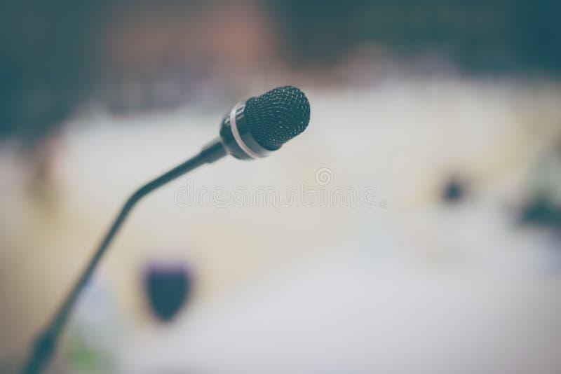 Microfone na sala de conferências para o planeamento incorporado fotos de stock royalty free