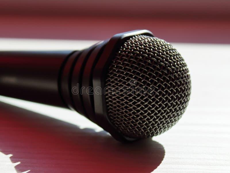 Microfone na tabela borrada imagens de stock royalty free