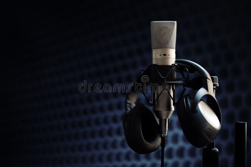 Microfone no estúdio de gravação foto de stock royalty free
