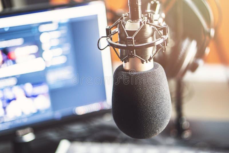Microfone no estúdio de rádio fotografia de stock royalty free