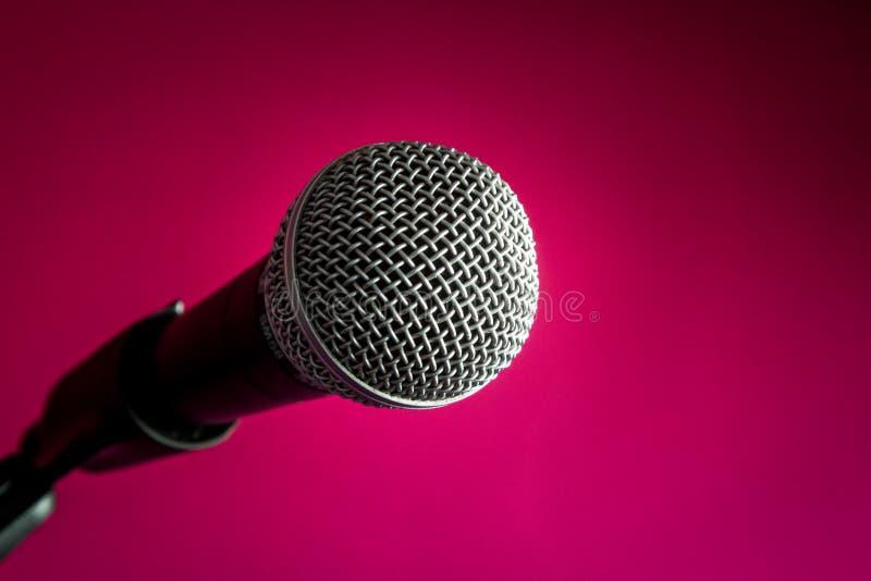 Microfone no fundo carmesim, close-up imagem de stock