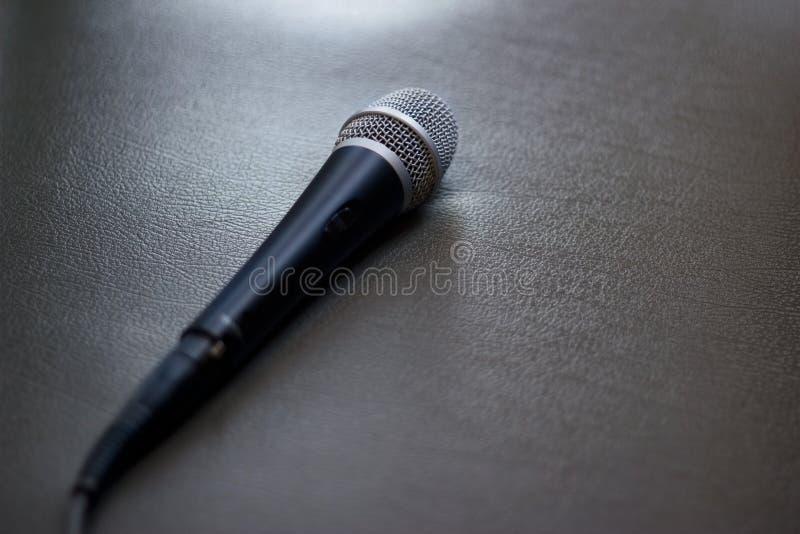 Microfone no fundo do sofá imagem de stock