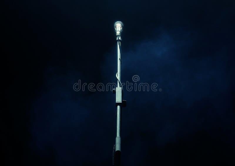 Microfone no fundo escuro, conceito do instrumento de música fotos de stock royalty free