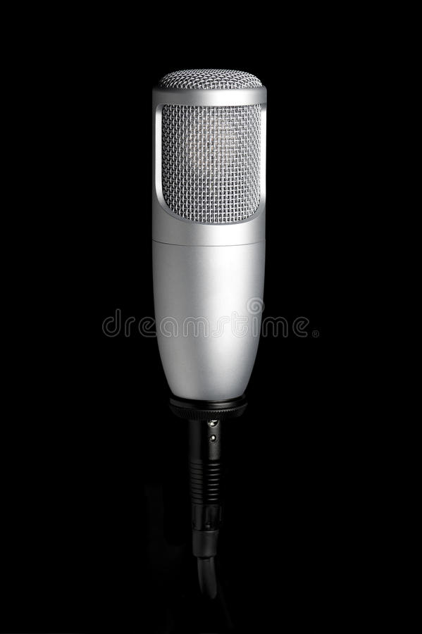 Microfone no fundo preto fotografia de stock royalty free