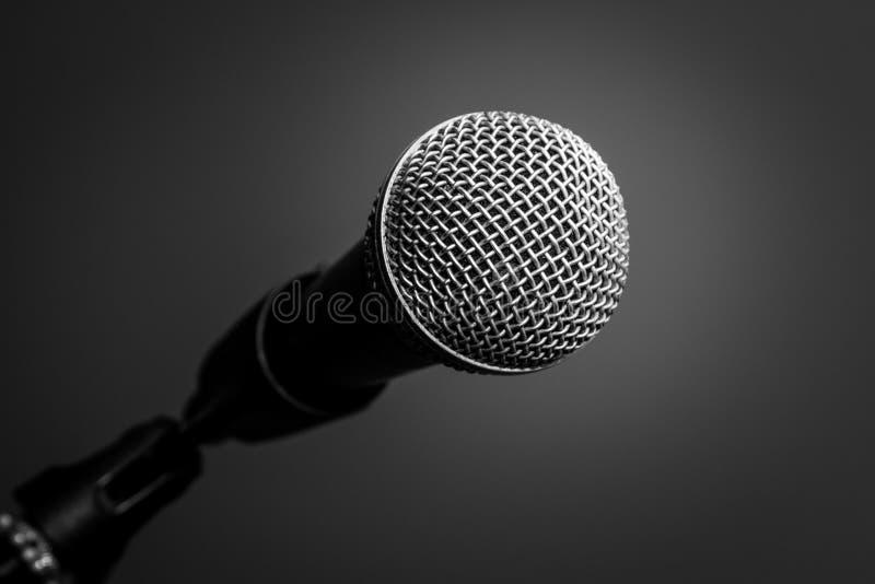 Microfone no fundo preto, close-up fotos de stock